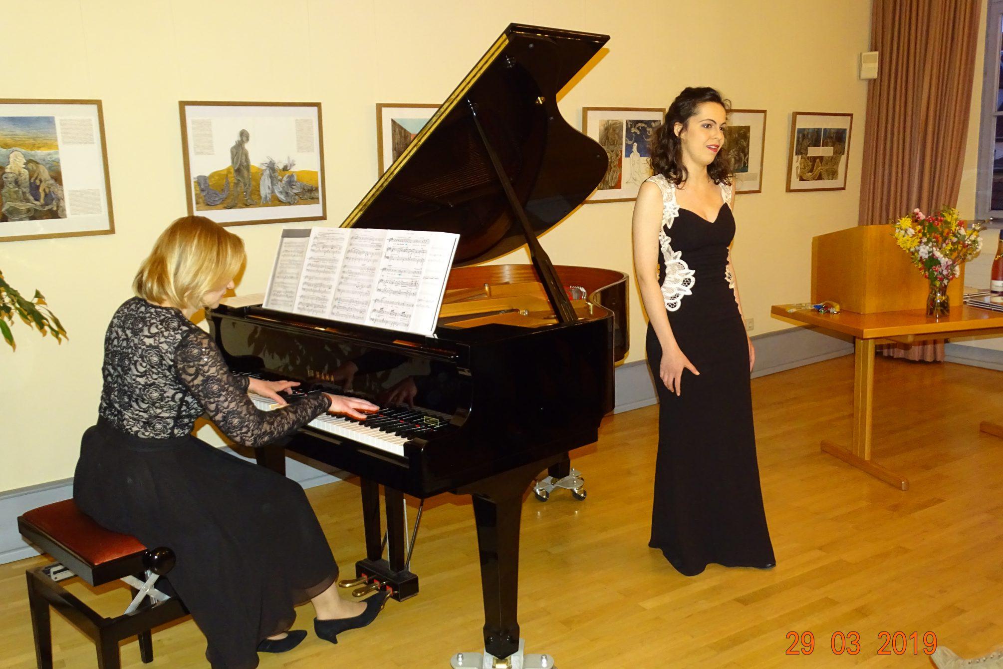 Olga Lenkeit am Flügel und Felicity Förster als Solistin